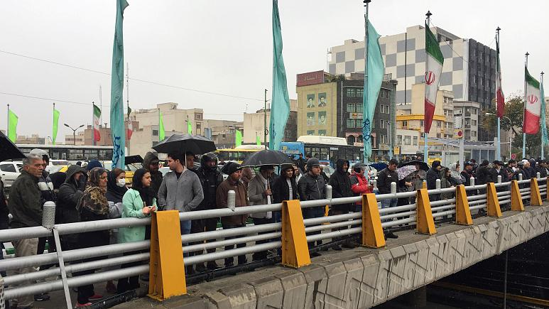 iraniens regardent manifestations iran