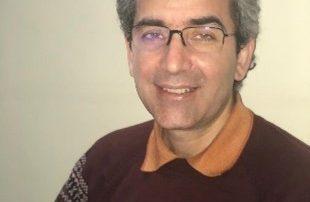 CSDHI – Touraj Amini est un écrivain et chercheur iranien de l'époque du Qajar et du mouvement constitutionnel. Il est également bahaï. Le régime l'a incarcéré le 29 janvier, pour purger une peine de six mois de prison. Les mollahs l'ont accusé de « diffusion de propagande contre le régime » par ses livres et ses recherches. Selon une source informée, depuis deux jours, la famille d'Amini ne sait pas où on l'a emmené : « Touraj est convoqué au tribunal judiciaire et révolutionnaire de Karaj le 29 janvier et transféré en prison à partir de là. Néanmoins, sa famille ne sait pas dans quelle prison. Elle suppose qu'ils l'ont transféré à la prison centrale de Karaj, la ville où il vit. » Les agents du régime ont emmené le chercheur en prison car l'épidémie du coronavirus se développe à nouveau dans la ville. Amini n'a pas eu le droit de prendre ses effets personnels avec lui. « Nous pensons que de telles restrictions ont été imposées en raison de l'épidémie du coronavirus. Ne prendre aucun effet personnel signifie que les prisonniers doivent tout acheter au magasin de la prison, qui est souvent au prix du marché », a déclaré la source à IranWire. Amini a écrit plusieurs livres dont « Documents from Contemporary Iranian Zoroastrians », « Reopening the Relationship between Babi and Baha'i Religions with Iranian Intellectuals », et « The Relationship Between Religious Minorities and the Iranian Constitutional Revolution. » Les autorités iraniennes l'ont condamné pour diffusion de propagande à cause de ces livres. Ces derniers concernent principalement les époques Qajar (1789 à 1925) et Pahlavi (1925 à 1979) et ils n'ont rien à voir avec les 42 ans d'histoire de la République islamique. Touraj Amini est né en 1968, à Karaj. Il est marié et a une jeune fille. Comme les autres Bahaïs, il n'avait pas droit à l'enseignement supérieur, tout comme sa fille de 23 ans. Elle est aujourd'hui interdite d'université. Les bahaïs iraniens poursuivent des études supérieures par le biais d'